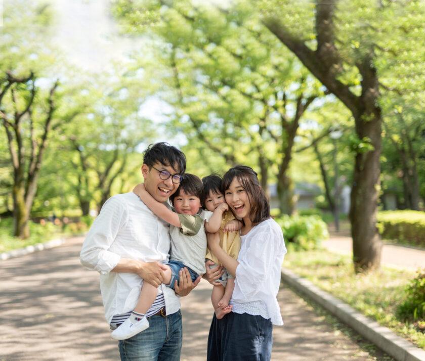 林道で微笑む家族