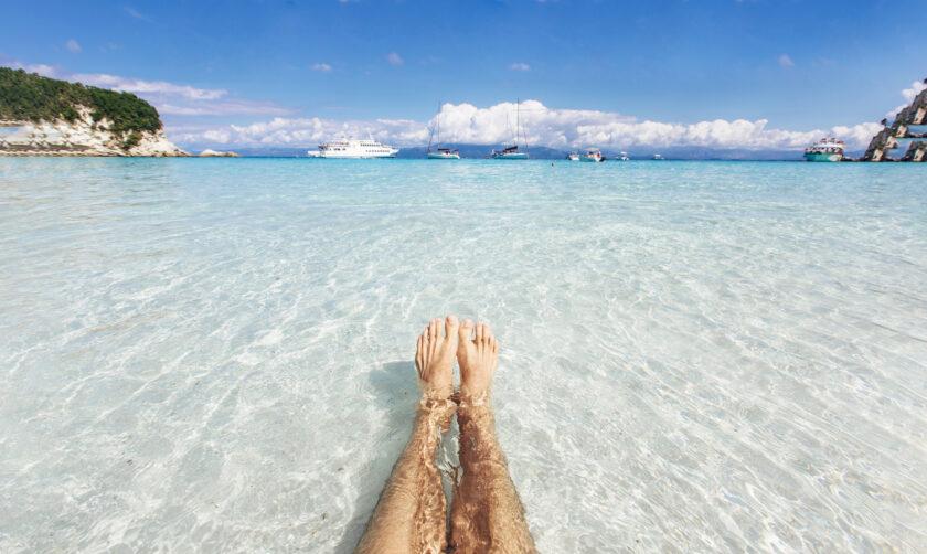 透明な水の中に見える足